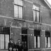 F3519<br /> Het gezin van Jacob Ebes Wijntjes en Elisabeth Bergman voor hun woning in de Molenstraat 2. Het huis is in de jaren '60 gesloopt. Vervolgens is er een nieuw pand neergezet, daar is nu (2013) WEBA gevestigd).