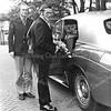 F3896<br /> Lou Colijn (links) als chauffeur. Lou Colijn was in het bezit van een Rolls Royce en hij gebruikte deze auto zo nu en dan als trouwauto.Jan van Ruiten wordt door hem naar zijn a.s. vrouw Ineke van der Wereld gebracht. Foto:  1974