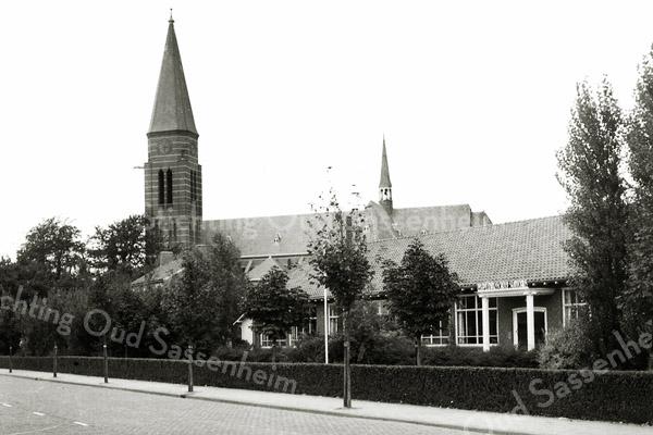 F0465 <br /> De St. Antoniusschool aan de Parklaan met de St. Pancratiuskerk op de achtergrond. Boven de hoofdingang staat: 'RK Opleidingsschool St. Antonius'. In latere jaren was hierin ondergebracht de r.-k. kleuterschool Huppelhof. In 1994 afgebroken t.b.v. de bouw van het appartementencomplex Parkstate.