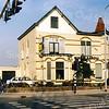 F2906<br /> De villa Even Buiten aan de Hoofdstraat nr. 89, gebouwd in 1905 door J.P. Oudshoorn voor H. van Zonneveld. In 1946 is het pand aangekocht door de gereformeerde kerk als tweede pastorie. Ds. P.D. Kuiper heeft hier jarenlang gewoond. Thans is in dit pand met het karakteristieke torentje makelaarskantoor Voskuil & Berg gevestigd. De latere aanbouw is hier nog niet verwezenlijkt.  Foto: 1992.