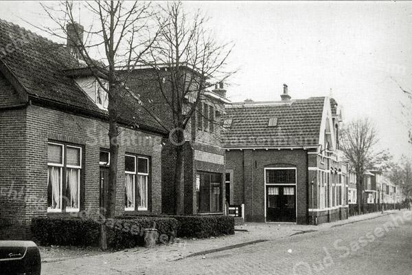 F0543 <br /> Molenstraat, gezien vanaf de Hoofdstraat richting Parklaan. Het huis links vooraan werd destijds bewoond door de fam. H. van Klaveren, later door de fam. Homan. Daarna volgen de gebouwen van het gas- en elektriciteitsbedrijf (inmiddels gesloopt). Hier vestigde zich de Woonstichting Vooruitgang. Ook dat pand is inmiddels verdwenen en is nu vervangen door een kantoor en de erachter gelegen werkplaats van bouwbedrijf Kiebert. De rij huizen staat er nog. Foto: jaren '60.