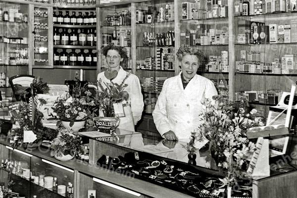 F2779<br /> Drogisterij De Hoek van de fam. Melman, op de hoek van Hoofdstraat/Kastanjelaan. Links Rie van den Nouland met schoonmoeder Clasien Melman-van Diest (1895-1972).