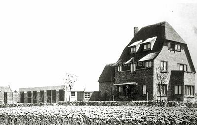 F0044 <br /> Voormalig woonhuis van de fam. A.B. Oostveen aan de Jacoba van Beierenlaan 16. Oostveen was de eerste en de enige gebruiker van het systeem van stellingwagens met gaasbakken op een tuinspoor. Zo werden de wagens naar binnen gereden in een schuur van 15 x 30 meter. Er konden 16 karren in. De schuur en enkele karren zijn op de foto te zien. Na de fam. Oostveen heeft de fam. Hulsbergen (operettevereniging Beatrix) er gewoond. Op deze plaats staat sinds 1994 het Gildehof.