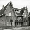 F0819 <br /> Tegenover de Burchtstraat werden rond 1920 deze twee woningen gebouwd aan de Hoofdstraat. In het linkerpand had tandarts Simonis uit Lisse zijn tandartspraktijk. Het dubbele pand was eigendom van de Digros (nu Dirk) en werd in 2015 gesloopt vanwege uitbreidingsplannen van de supermarkt. Foto: vóór 1921.<br /> <br /> Collectie Oudshoorn 110: twee huizen naast de Digros. Hoofdstraat 212-214, nu nr. 286-288.