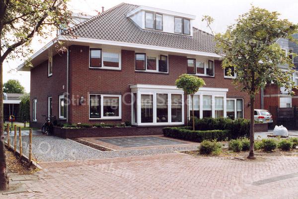 F0980a <br /> Nieuwbouw aan de J.P. Gouverneurlaan, nr. 45 en 45a, tussen de Parklaan en de Rusthofflaan. Op deze plaats stond voorheen het pand van de fam. Geerts (politieman). Foto: 2005.