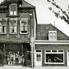 F2921<br /> De damesmodezaak van Melman aan de Hoofdstraat, afgebroken in mei 1980. Het rechter pand is de viswinkel van Nic. Roos. Later is deze winkel op de hoek van de J.P. Gouverneurlaan gevestigd. Uiterst rechts is nog een gedeelte van het bouwbedrijf van M.J. van Breda te zien.