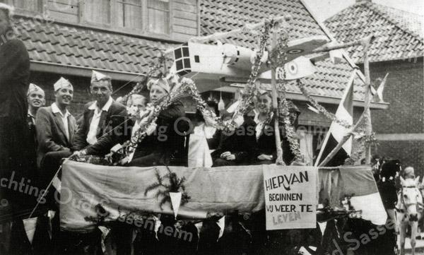 F0615 <br /> Bevrijdingsfeest 1945 in de Berkenlaan. Dit is een voorstelling van de voedseldropping per lucht en per schip. Op de bok: Henk Heinzn.Hoogervorst. V.l.n.r.: Bert Kaptein, Jaap Wilbrink?, Fer van Kesteren, Jan Durieux en Leen v.d. Voort. Het paard is van Arnold van Rijn. Foto: 1945.