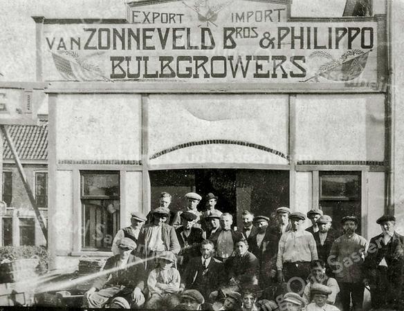 F2375<br /> De bollenschuur van Van Zonneveld & Philippo. Deze schuur stond recht tegenover café De Oude Post aan de oostzijde van de Hoofdstraat.