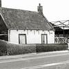 F1377b <br /> Rijksstraatweg 44. In dit huisje woonde de fam. Van Dorp-van Heiningen. De foto lijkt geretoucheerd (zie heg). Het bedrijf van de fa. Langeveld B.V. is al in aanbouw.