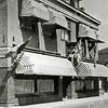 F1415 <br /> Hotel-café-restaurant 't Bruine Paard aan de Hoofdstraat. Vóór 1870 vergaderde hier de gemeenteraad. Nog eerder had het gebouw de functie van Regthuijs. In 1927 trok de nieuwe eigenaar Evert Teernstra erin, in 1947 opgevolgd door zijn zoon George. In 1979 werd het pand afgebroken. Foto: 1945.