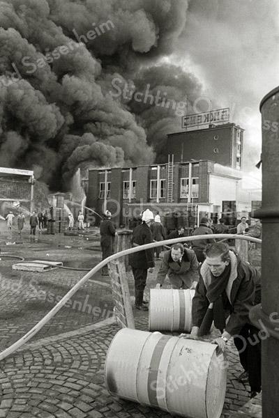 F3269<br /> De grote brand bij Sikkens. Foto: 1968