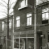 F2266<br /> De schoenenwinkel van G. van Breukelen in de Floris Schoutenstraat. Rechts is nog een gedeelte van de kapperszaak van P. de Zwart te zien.