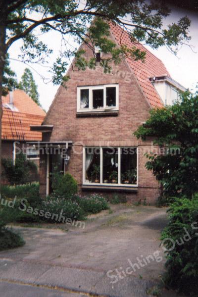 F0931 <br /> Menneweg 147, eertijds bewoond door de fam. Smit. Thans is er een geheel nieuw en groter huis gebouwd, bewoond door S. Vos en R. Vos. Foto: 1999.