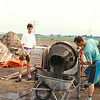 F4331<br /> Beton storten voor het maken van de 'dug-outs'. Vlnr: dhr. v.d. Vlugt; Marcel van Zijl en Arie van Zijl. Foto: 1994-1995
