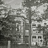 F3755<br /> Huize 'Vredesteyn' aan de Hoofdstraat. Het huis is gebouwd in 1881 door J. Kruijff en heette 'Villa Nella', genoemd naar zijn echtgenote. De latere bewoner, dhr K. Klijn herdoopte het in 'Vredesteyn'. Tijdens de oorlog hadden de Duitsers het in bezit genomen. Na verschillende bewoners te hebben gehad is het nu (in 1999) een gezinsvervangend tehuis. In 2012 woont notaris Schrama in dit pand.