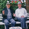 F2669<br /> Chris van der Voort en Arnold van Rijn op de bank achter het huis van Van Rijn aan de Lindenlaan.