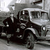 F4226 <br /> Chauffeur Albert Tukker naast de Bedford van J. Nicola & Zn. Deze Engelse wagen is gekocht door Nicola tegen een dumpprijs. Zo is het Transport N.L. na de oorlog weer begonnen met materiaal, dat door de geallieerden is achtergelaten. Er waren ook G.M.C.; Ford; Chevrolet; Albion en Mack wagens.