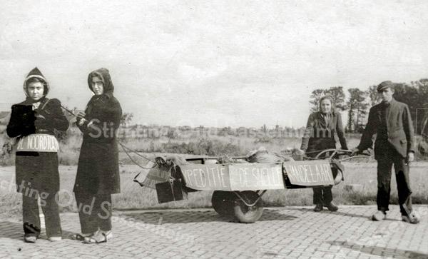F3063<br /> Bevrijdingsoptocht in Sassenheim na de oorlog. Uitgebeeld wordt de tocht naar 'de Noord', expeditie 'De Snelle Wandelaar'. Rechts staat Wijnand Heijns.