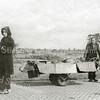 F3063<br /> Bevrijdingsoptocht in Sassenheim na de oorlog. Uitgebeeld wordt de tocht naar 'de Noord', met 'Expeditie De Snelle Wandelaar'. Vóór de kar staat Mien Heijns en haar nicht Jo Koppier staat links van haar.  Rechts staat Wijnand Heijns. Zie ook foto F3064.