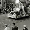 F1072 <br /> Het eerste bloemencorso op 17 april 1948. Praalwagen van de verffabriek Sikkens' Lakfabrieken N.V., die in 1939 vanuit Groningen naar Sassenheim was gekomen.