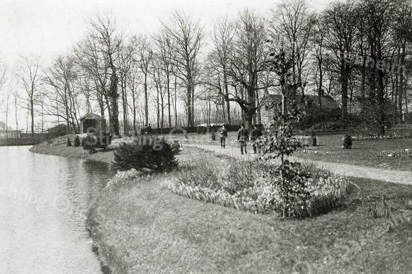 F0348 <br /> Bloembollententoonstelling in de vollegrond voor Het Oude Koningshuys in 1907. Het grote huis rechts in het midden is onder meer bewoond door de fam. G. Batenburg en later door de fam. L.J. Vink, schoonzoon van L.A. Colijn. Zie ook F0347.