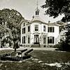 F3334<br /> Het vooraanzicht van huis Ter Leede. In de tuin staat een beeld. Foto: 1995
