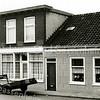 F3105<br /> Hoofdstraat 103, het huis van W. Zijerveld. Op de gevel staat een bord met 'Zijerveld, Timmer, Beton en Metselwerken'  . Het winkelgedeelte wordt hier als huiskamer gebruikt.