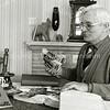F2296<br /> Piet van der Kraan, een gewaardeerd toneelspeler bij de toneelvereniging Elckerlyc(k), waarvan hij ook enige jaren voorzitter is geweest. Ook regisseerde hij af en toe een stuk. Hij is ook bekend van zijn rol als Sinterklaas (van 1945 tot 1970) bij de buurtvereniging, later speeltuinvereniging DVV. Er werd van hem gezegd: Hij spéélde geen Sinterklaas –  hij wás Sinterklaas. Hij ging ook bij de DVV-kinderen op huisbezoek. Zijn zoon Simon heeft die taak  later van hem overgenomen en heeft dat ook jaren volgehouden.
