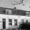 F0734b <br /> De voormalige boerderij Jagtlust aan de Warmonderweg nr. 33. Het pand is later in vier woningen verdeeld, waarvan de eerste aan de voorkant indertijd werd bewoond door de fam. Roodenburg; het tweede door de fam. Van Benten; het derde door de fam. Van der Elst en het vierde door de fam. Kapaan. Aan de achterkant stond tegen het huis nog een gebouwtje, waarin de karnmolen heeft gestaan. Later werd dit gebouwtje bewoond door dhr. Schrama. Ook heeft Klaas v.d. Elst (broer van de opa van Fons v.d. Elst) in dat huisje gewoond. Cor v.d. Elst, de vader van Fons, heeft in het rechter huisje gewoond, net als de fam. De Stigter. In het zomerhuis met het opschrift 'Jagtlust' woonden de fam. Jansen en De Hollander. Beide panden zijn in 1982 gesloopt.