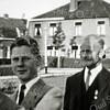 F2719<br /> Gerard van Dorp en Jan van der Voort. Foto uit 1955 op de hoek Visserlaan en Menneweg. Daaracher de panden van meester Post en Mw. Rozema.
