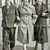 F3060<br /> Piet (Bovenwind) Hoogeveen, dochter Mien Hoogeveen en zijn vrouw Alida in de Charbonlaan omstreeks 1955.