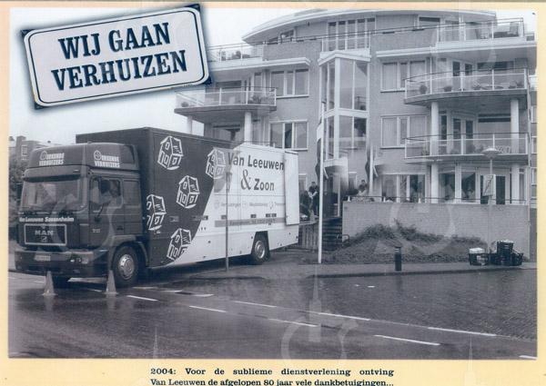 F0732 <br /> Expeditie- en verhuisbedrijf annex meubelopslag Van Leeuwen & Zn., uitgegeven ter gelegenheid van het 80-jarig bestaan van de zaak. De foto is genomen bij een appartementencomplex op de hoek van de Zeeweg in Noordwijk. Foto: 2004.