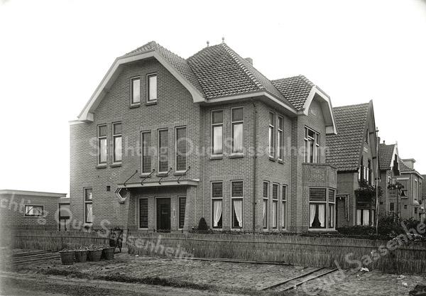 F0862 <br /> Zijaanzicht van Teijlingerlaan 11, huize Willem's Hoeve. De familie Ciggaar heeft hier jarenlang gewoond, met een stukje bollenland naast het huis. Later bewoonde de familie Eldering het pand. Het stukje bollenland vormt nu de toegangsweg vanaf de Teijlingerlaan naar het Hortusplein.<br /> <br /> Collectie Oudshoorn 106: Teijlingerlaan 11. Foto: vóór 1921.