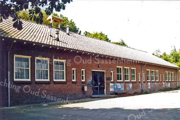 F0252 <br /> De St. Antoniusschool aan de Parklaan, gezien aan de achterzijde. Let op het klokkentorentje op het dak. Foto: 1990. Zie ook foto F 0250.