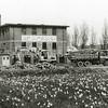 F2663<br /> De bollenschuur en het kantoor van de Gebr. Doornbosch & Co. aan de Postwijkkade wordt afgebroken. Op deze plek zijn in 1984 huizen van de Postwijk gebouwd.  Rechts zijn huizen aan de Zandslootkade te zien.