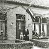 F0916 <br /> Mevr. Van Klaveren-Kagenaar met haar kleindochtertje Annie (dochter van haar zoon Arie) voor haar huis in de Molenstraat nr.19. Foto: ca. 1935.
