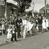 F3023<br /> De viering van de opening van de Parklaan 50 jaar geleden. In het midden staat locoburgemeester Nia Wagemakers. De filmer uiterst rechts is John van Dijk. Het witte pand op de achtergrond is Sunbeam. Rechts daar van villa Beukenhof. Foto: 2002.