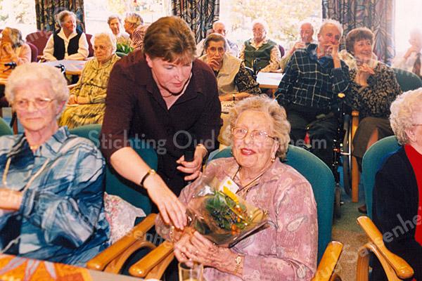 F2513<br /> 15 jaar radio Boterbloem, een feestelijk gebeuren in het verzorgingshuis St. Bernardus. Staand : mevr. Betty Berg-Koppier, medewerkster van radio Boterbloem. Foto: 2003.