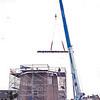 F0201 <br /> Tussenfase van de restauratie van molen 'De Nijverheid' van Speelman in 1996. Na restauratie van het onderste deel van de molen met nieuwe deuren en ramen en het herstel van het metselwerk, bleek het nodig om de zware dakbalken te vernieuwen. Met een grote kraan werd op 22 mei 1996 deze klus geklaard. Nu in 2016 wordt de molen gebruikt als vergaderruimte en voor diverse activiteiten.