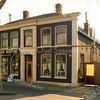 F2890<br /> Een kapitaal pand met een voorname gevel en deurpartij aan de Oude Haven. Was eertijds het woonhuis van de fam.Frijlink met een daarachter liggende bloembollenschuur. Daarna was het de woning van de fam. P.W.van Niekerk met daarachter een graanmaalderij. Nog weer later woonde hier de fam. W.J. van Biezen met een manden- en rotanmeubelmakerij.  Foto: 1992.