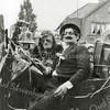 F1085 <br /> Foto, gemaakt tijdens de najaarsfeesten in september 1951. In de zomer van 1951 stonden de kranten vol van een criminele figuur, die 'Manus Olie' werd genoemd. Bij het ringsteken deed een echtpaar (Geb Wijntjes als de man en Jaap Kruik als de vrouw) mee in een jeep. Daarop stond: 'De dolle avonturen van Manus Olie en zijn wijf'. De foto werd gemaakt ter hoogte van villa Cadsandria op de Beukenlaan, tegenwoordig Parklaan.<br /> Foto: 1951.