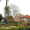 F2100d<br /> Het verwijderen van de Canadese populieren op de hoek van de Irissenstraat en de Hyacintenstraat op 6 oktober 2009. Vlak na de bouw van de huizen in 1960 zijn deze bomen geplant.