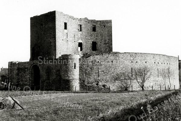 F0459a <br /> Ruïne van Teylingen. De waterburcht, een verdedigingswerk uit het begin van de 13e eeuw, heeft een donjon en een ringmuur van 37 m doorsnee. Na het geslacht Van Teijlingen kwam het slot aan de graven van Holland. Is diverse keren verwoest en herbouwd, maar na de brand van 1676 is het een ruïne gebleven. Sinds een aantal jaren is de ruïne te bezichtigen.