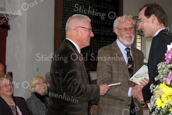 F2108d<br /> Burgemeester Schelberg overhandigt het eerste exemplaar van het jubileumnummer van De Aschpotter aan Jasper van Teylingen en Herman Verhoef op 6 februari 2010 door burgemeester Schelberg. Zie ook foto F2108a.