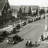 F1043 <br /> Paasdrukte in de Bollenstreek. De foto is genomen op Hoofdstraat 294 ter hoogte van de Molenstraat. Foto: ca. 1935.
