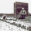 F0555a <br /> Het bollenland van Oostveen. Oostveen was de eerste en de enige gebruiker van het systeem van stellingwagens met gaasbakken op een tuinspoor. Zo werden de wagens naar binnen gereden in een schuur van 15 x 30 meter. Er konden 16 karren in. De man rechts hanteert een zeef. Foto: jaren '30.