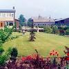 F0640 <br /> Een kijkje in de tuin van het bollenbedrijf A. Frijlink & Zn N.V., vanaf de Zandslootkade. De beelden in de tuin waren eertijds aangeboden door het personeel. Links het woonhuis van de fam. A. Helmus (nu gelegen aan de Prins Clausstraat). In het midden de Julianakerk en de toren van het oude raadhuis. Daarvoor de grijze loods, de zgn. houttuin van de fa. M. Bakker & Zn. Rechts de toren van de St. Pancratiuskerk achter de zwarte loodsen van de fa. Warnaar & Co N.V. Het bedrijf van A. Frijlink & Zn. N.V. is in de jaren 1979-1980 gesloopt. Het bedrijf van A.Helmus is in 1987 verplaatst naar de Rijksstraatweg.