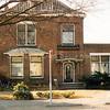 F2885<br /> Teijlingerlaan 17.<br /> Een groot, breed huis met een aangebouwde praktijkruimte. Er is een fraaie deurpartij en een bolle, zinken dakdekking op de erker te zien.<br /> In dit pand had dokter W. J. de Graaff jarenlang zijn huisartsenpraktijk. Foto: 1992
