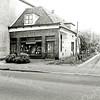 F1369 <br /> Hoofdstraat. Links damesmode Melman. In het kleine pandje daarnaast was vroeger vishandel Nic. Roos gevestigd. Rechts de schoenenwinkel van Witte, tegenwoordig de schoenenwinkel van Van der Riet. De beide panden van Melman zijn in mei 1980 afgebroken. Het pad liep naar het woonhuis linksachter van W. van Goeverden en rechts naar de werkplaats van M.J. van Breda