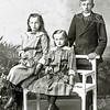 F2181<br /> De familie Van Rijn. V.l.n.r.: Alie, Nel en Piet.